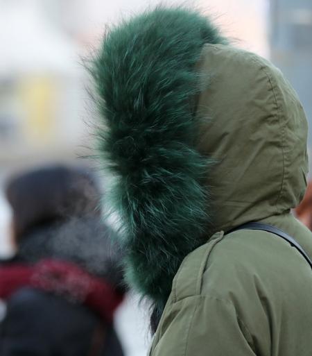 서울 광화문네거리에서 옷을 두껍게 입은 시민들이 출근길 발걸음을 서두르고 있다/사진=뉴스1