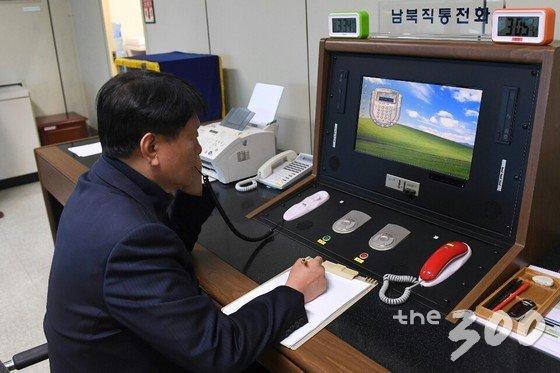 통일부 연락관이 3일 판문점에서 남북직통전화를 통해 북측에서 온 전화를 받고 있다. /사진=통일부 제공