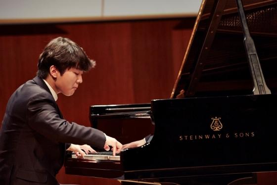 피아니스트 조성진이 새해 첫 전국 투어 리사이틀에 앞서 4일 서울 예술의전당에서 열린 기자간담회에서 지난해 발매한 그의 앨범 드뷔시 '영상' 2집과 베토벤 피아노 소나타 8번 '비창'을 연주하고 있다./사진제공=크레디아