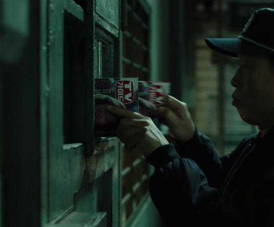 이부영이 김정남에게 전하는 메시지를 잡지 'TV가이드'에 숨겨 한병용에게 전하는 모습 /사진='1987' 예고편 캡처