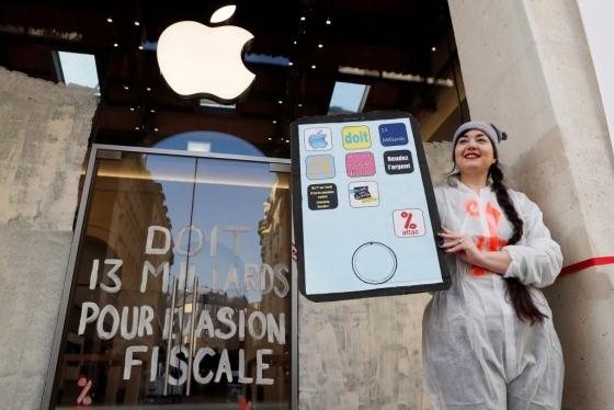 지난해 3월 13일 프랑스 파리의 한 애플 매장 앞에서 아탁(금융과세연합, ATTAC) 소속 시위대가 애플의 세금 회피에 대해 항의하고 있다. /AFPBBNews=뉴스1