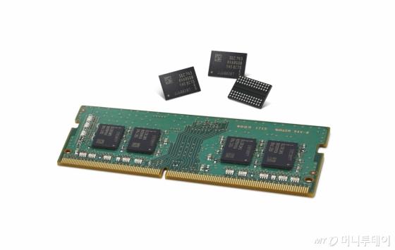 삼성전자가 세계 최초로 양산을 시작하는 '1y나노 공정기반 8Gb DDR4 D램' 제품/사진=삼성전자
