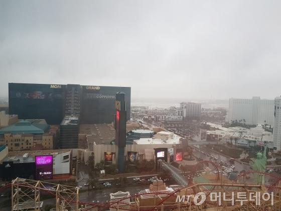 9일(미국현지시간) 오전 세계 최대 가전전시회(CES)가 열리는 라스베이거스에는 흔치 않은 비가 내리고 있다. 시내 MGM그랜드 호텔이 보이고 하늘은 비구름이 모여있다./사진=오동희 기자