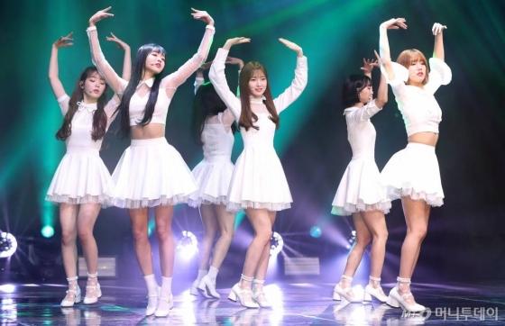걸그룹 오마이걸이 9일 오후 서울 중구 신세계 메사홀에서 진행된 다섯 번째 미니앨범 '비밀정원' 발매 기념 쇼케이스에서 멋진 무대를 선보이고 있다.