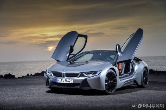 BMW는 올해 디트로이트 모터쇼에서 플러그인하이브리드(PHEV) 스포츠카 '뉴 i8 쿠페'를 최초 공개한다./사진=BMW