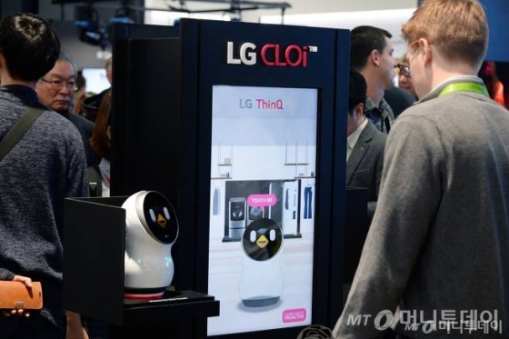 LG전자가 10일(현지시간)CES 2018에서 로봇 포트폴리오를 총칭하는 브랜드 '클로이(CLOi)'를 공개하고 로봇 사업에 가속도를 낸다. LG전자는 지난해 로봇 사업을 미래 성장동력으로 육성하겠다고 발표한 이후 로봇 제품들을 지속 선보이고 있다. 관람객들이 LG전자 부스에서 다양한 LG 생활가전과 연동하는 클로이 홈 로봇을 살펴보고 있다/사진제공=LG전자