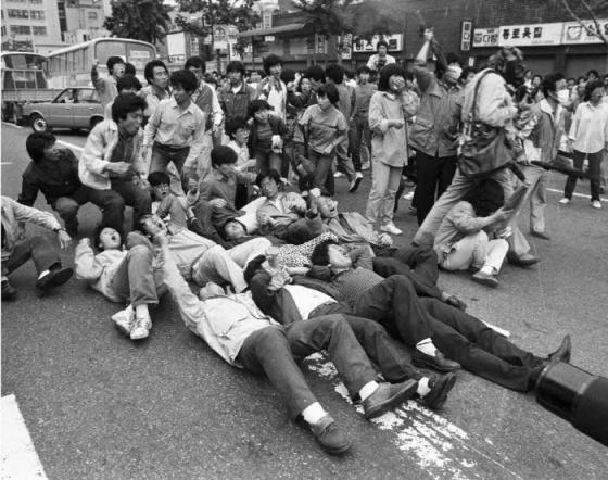 1987년 6월항쟁 당시 서울 종로거리 한 차도에서 대학생들이 시위를 벌이는 중이다. /사진제공=민주화운동기념사업회