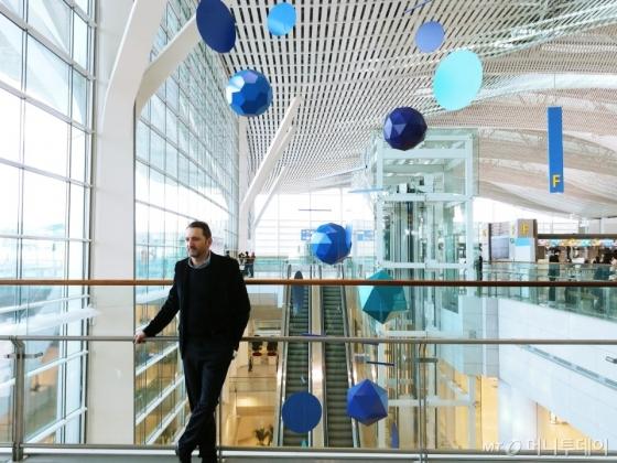 프랑스 현대미술가 자비에 베이앙이 11일 인천국제공항 제2여객터미널에 설치된 '그레이트 모빌'(Great Mobile) 앞에 서있다. /사진=구유나 기자