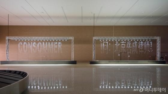인천국제공항 제2여객터미널 1층 수하물 수취구역 서편에 설치된 독일 현대미술가 율리어스 포프의 '비트.폴'(Bit.Fall). /사진제공=인천공항공사