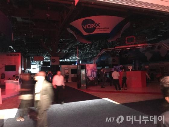 10일(미국 현지시간) 국제가전전시회(CES)가 열린 라스베이거스 컨벤션센터(LVCC)의 센트럴홀(중앙전시장)과 사우스홀(남쪽 전시장)이 갑작스러운 정전으로 모든 첨단 장비들이 동작을 멈추고, 암흑으로 접어들었다./사진=김남이 기자