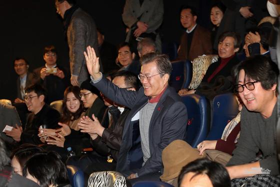 문재인 대통령이 7일 오전 서울 CGV용산점에서 영화 '1987'을 관람하기 앞서 관람객들과 인사를 나누고 있다. (청와대 페이스북)2018.1.7/뉴스1  <저작권자 © 뉴스1코리아, 무단전재 및 재배포 금지>