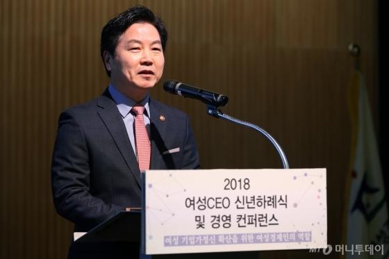 홍종학 중소벤처기업부 장관이 12일 '2018 여성CEO 신년하례식 및 경영 컨퍼런스'에서 축사를 하고 있다. /사진제공=여성경제인협회