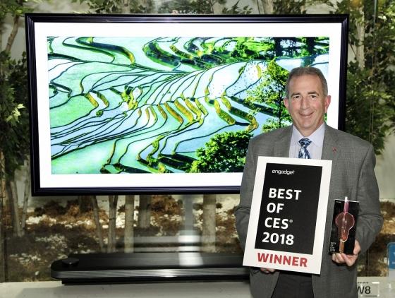 LG전자가 세계 최대 전자박람회 'CES 2018'에서 70개가 넘는 어워드를 받았다. 'LG AI 올레드 TV'는 CES의 공식 어워드 파트너인 '엔가젯'이 뽑은 '최고 TV(Best TV)'에 선정되는 등 20개가 넘는 상을 받았다. LG전자 직원들이 'LG AI 올레드 TV' 앞에서 상패를 들고 있다. /사진제공=LG전자