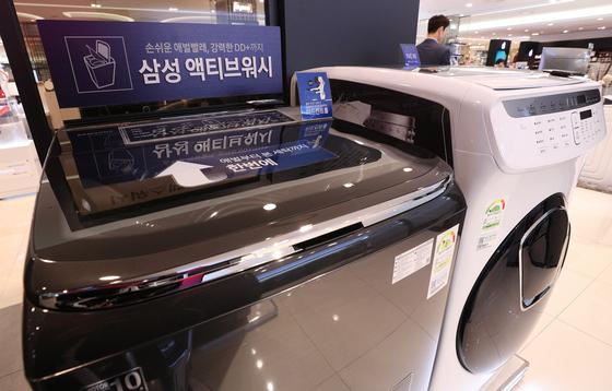 22일 오전 서울의 한 백화점에서 고객이 세탁기를 살펴보고 있다.  미국 국제무역위원회(ITC)가 120만대를 초과하는 삼성전자와 LG전자의 세탁기 수출 물량에 대해 첫 해 50%를 시작으로 이듬해부터 45%와 40% 등 3년간 관세를 부과하는 세이프가드 권고안을 제시했다.   이에 따라 삼성전자와 LG전자가 미국으로 수출하는 세탁기 물량 가운데 약 25만대가'관세 폭탄'을 맞게 될 것으로 보인다. 2017.11.22/뉴스1  <저작권자 © 뉴스1코리아, 무단전재 및 재배포 금지>