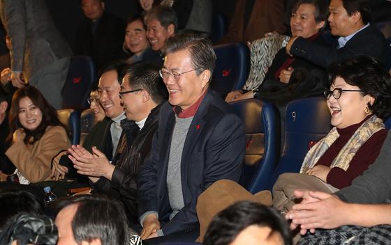 문재인 대통령과 김정숙 여사가 7일 오전 서울 CGV용산점에서 영화 '1987'을 관람하기 위해 상영관에 들어서고 있다. /사진=청와대 제공