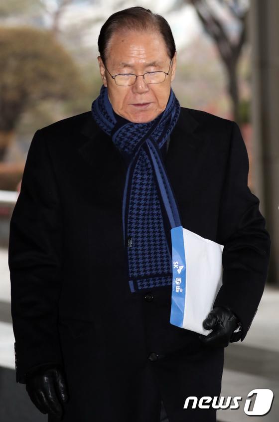 [사진]고개숙인 김백준 전 청와대 총무기획관