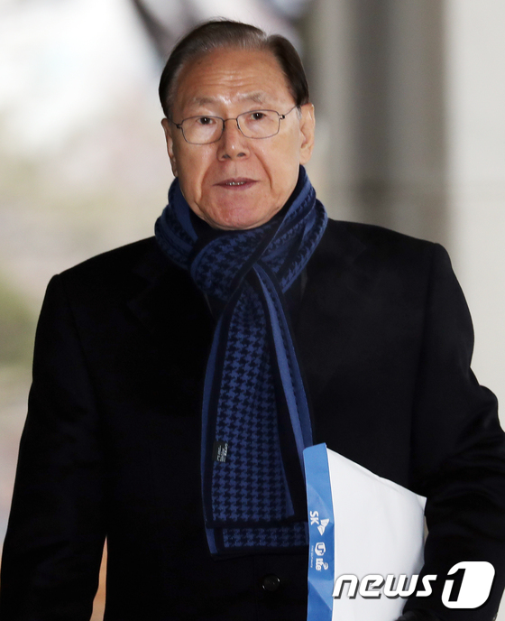 [사진]서류봉투들고 검찰 출석하는 김백준 전 청와대 총무기획관