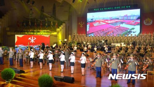 북한 조선중앙TV는 지난해 7월30일 북한 인민극장에서 대륙간탄도미사일 '화성-14형' 2차 시험발사 성공을 경축하는 모란봉악단, 공훈국가합창단의 합동공연이진행됐다고 보도했다. /사진=뉴스1<br>