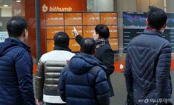 법무부 박상기 장관이 가상화폐 거래소 폐쇄를 추진한다고 밝혀 가상화폐의 시세가 폭락한 가운데 11일 오후 서울 중구 빗썸 광화문 서비스 센터에 소비자들이 전광판을 보고 있다.