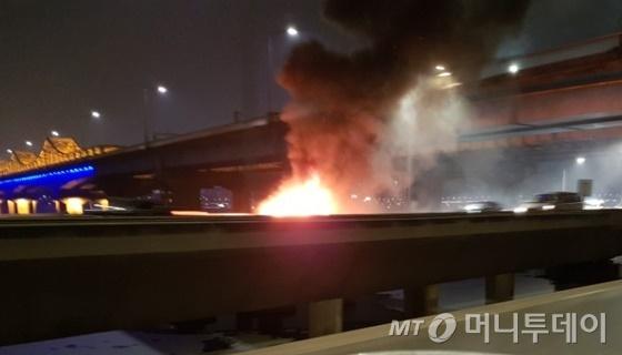 13일 오후 9시12분 구리 방면 강변북로의 동호대교 바로 밑에서 주행 중이던 BMW 차량에서 화재가 발생했다. / 사진= 독자 제공