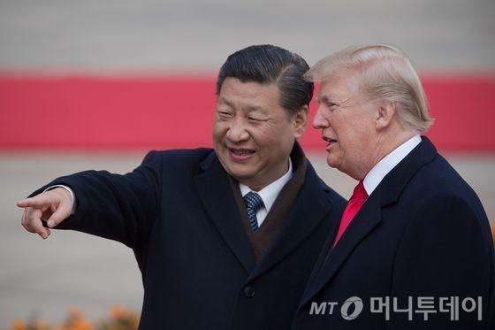 도널드 트럼프 미국 대통령과 시진핑 중국 국가주석이 9일 (현지시간) 베이징 인민대궁전에서 열린 환영식에 참석하고 있다.  © AFP=뉴스1  <저작권자 © 뉴스1코리아, 무단전재 및 재배포 금지>