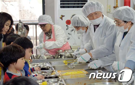 한 초등학교에서 신학기를 맞아 배식 봉사를 하고 있는 조희연 서울시교육감(오른쪽에서 두번째). /뉴스1 DB © News1 김명섭 기자