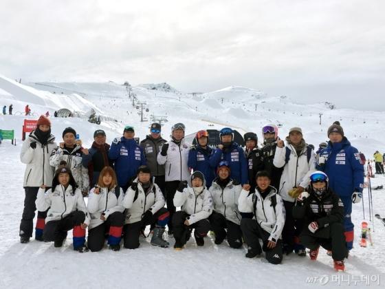 대한스키협회장을 맡고 있는 신동빈 롯데그룹 회장이 우리 스키선수단이 전지훈련을 하고 있는 뉴질랜드를 방문해 격려했다. 신 회장과 스키선수단이 파이팅을 외치며 기념촬영을 하고 있다./사진=머니투데이 DB