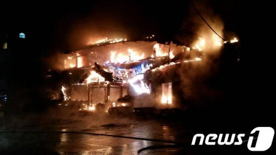 지난 13일 오후 6시16분쯤 강원도 횡성군 둔내면 한 음식점과 스키대여점에서 화재가 발생했다./사진=뉴스1