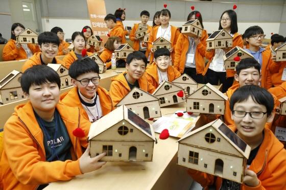한화그룹은 지난 11일부터 2박3일간 카이스트 대전 본원에서 겨울방학을 맞이한 중학생들을 대상으로 과학캠프를 진행했다. 참가 학생들은 카이스트 학생 및 교수들로부터 과학의 원리를 배우고 친환경 에코하우스와 오또봇(Otto봇, 오픈소스 하드웨어 로봇)을 직접 만들어보는 시간을 가졌다./사진제공=한화<br />