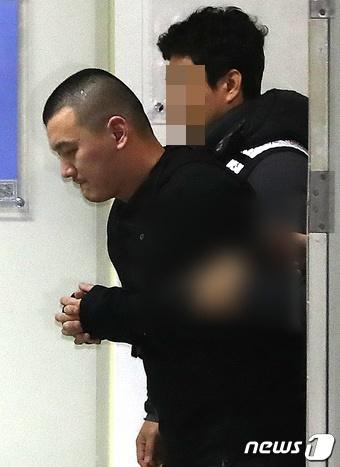 '용인 일가족 살인사건' 피의자 김성관씨(34)가 14일 오후 경기도 용인시 용인동부경찰서에서 오전 조사를 마친 후 이동하고 있다. /사진=뉴스1