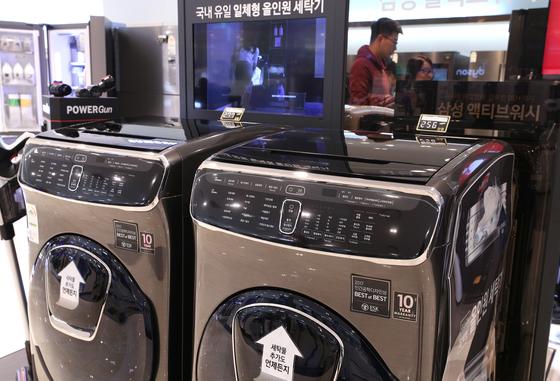 22일 오전 서울의 한 백화점에서 고객들이 세탁기를 살펴보고 있다. 2017.11.22/뉴스1  <저작권자 © 뉴스1코리아, 무단전재 및 재배포 금지>