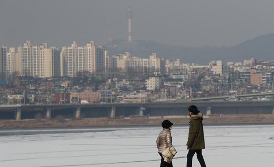 미세먼지 수치가 '나쁨' 수준을 보인 14일 오후 서울 서초구 반포한강공원에서 시민들이 마스크를 쓴 채 잰걸음을 옮기고 있다./사진=뉴스1