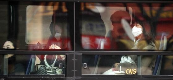 미세먼지 저감을 위해 서울시 대중교통에 대한 출퇴근 시간 무료운행이 실시된 15일 오전 서울 도심에서 시민이 마스크를 쓴채 버스를 타고 출근하고 있다./사진=뉴시스