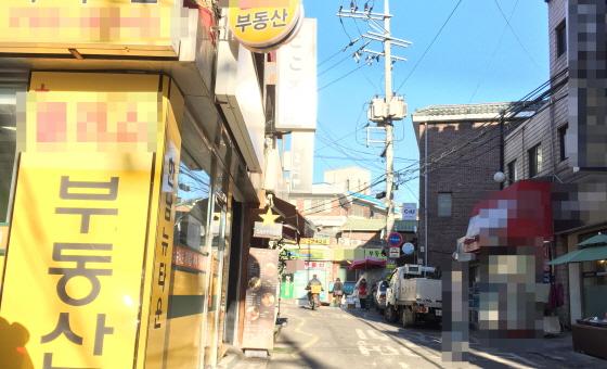 재개발이 추진 중인 서울 용산구 보광동 한남뉴타운 3구역. 오래된 주택가 골목에 부동산 중개 사무실들이 줄지어 있다./사진=배규민 기자<br />
