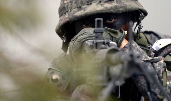을지프리덤가디언(UFG) 연습과 연계해 민방위훈련이 실시된 지난해 8월23일 오후 서울 강남구 수서역에서 미상 포격 등을 가상한 긴급구조종합훈련에서 군인이 경계를 서고 있다./사진=뉴시스