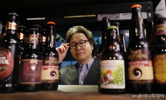 """""""맥주가 거기서 거기라고요? 전혀 그렇지 않죠. 맥주는 장인 정신으로 자기만의 레시피를 토대로 만든 음식입니다. 머리가 있어야 맥주를 만들 수 있죠.크래프트 맥주 확산은 맥주 민주화의 첫걸음입니다."""" 이인기 비어포스트 발행인의 일성이다. /사진="""