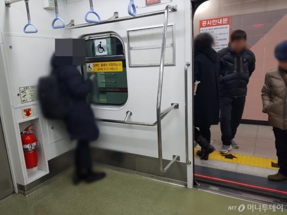 지난 11일 부산지하철 1호선. 한 시민이 휠체어사용자 전용공간에 기대어있다. /사진=이재은 기자