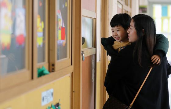 초등학교 예비소집일인 8일 오후 서울 성동구 금북초등학교를 찾은 어린이와 학부모가 교실을 둘러보고 있다/사진=뉴스1
