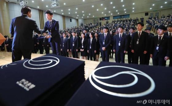 한국은행 신입 직원들이 4일 오전 서울 중구 부영태평빌딩에서 열린 '한국은행 신입 종합기획직원 입행식'에서 이주열 한국은행 총재에게 채용발령 받고 있다./사진=홍봉진 기자