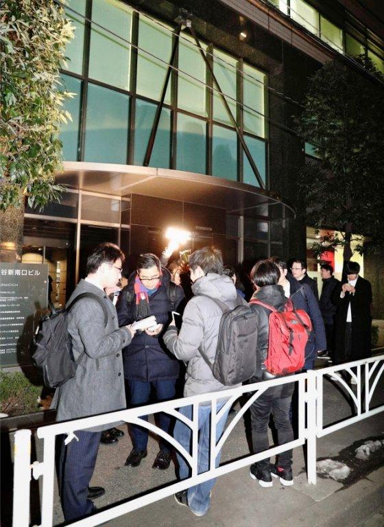 코인체크 본사에 몰려든 투자자들과 취재 기자 /사진=트위터