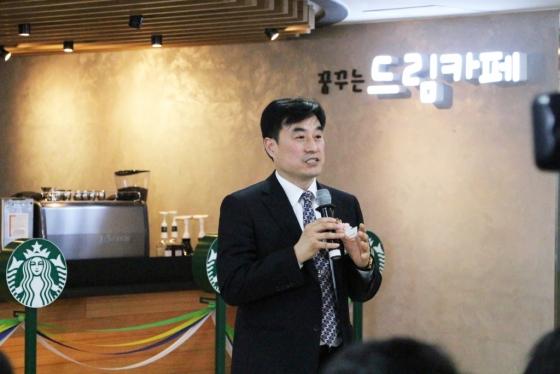 이창범 서울시립청소년드림센터장이 지난달 31일 센터 안 '드림 카페'를 스타벅스 재능기부 카페 8호점으로 새 단장해 열린 행사에 참석했다./사진제공=서울시립청소년드림센터장