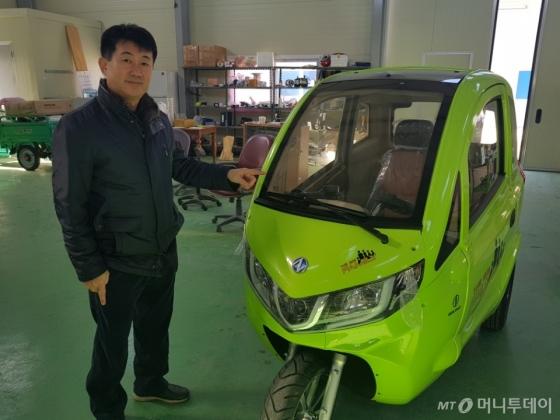 김포시 대곶면의 평안모터스 공장에서 3륜 전기차 L3S를 설명하고 있는 신현균 대표 /사진=김건우 기자
