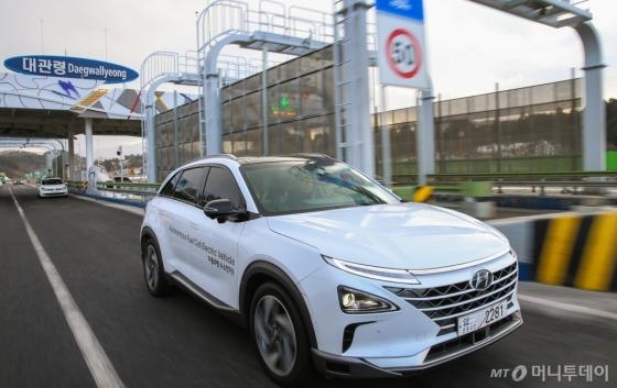현대자동차의 자율주행 수소전기차(넥쏘 자율주행차)가 지난 2일 대관령 요금소를 통과하며 서울~평창간 190km 고속도로 자율주행에 성공했다./사진제공=현대차