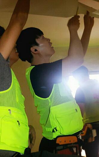 이재훈 LG전자 선임연구원이 관악구 소재 한 주택에서 집수리 봉사활동을 하고 있다. /사진=이재훈 씨 제공