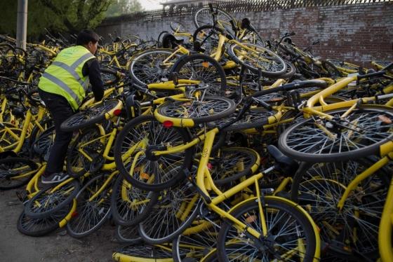 중국 공유자전거 업계 1위 업체 오포의 자전거<br> 수리센터에 쌓여진 고장난 자전거. 최근 중국에서는 공유자전거 거품이 꺼지면서 도산하는 업체가 늘고 있다. /AFPBBNews=뉴스1