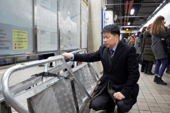 7일 오후 이창우 숭실사이버대학교 소방방재학과 교수가 지하철 1호선 청량리역 승강장 가운데서 방치된 피난사다리를 발견했다. /사진=최동수 기자