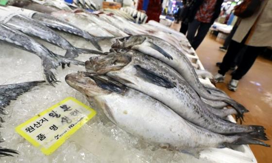 지난해 10월 서울 영등포구 노량진수산시장에서 방사능 수치 검역에 통과한 일본산 생태가 판매되고 있다./사진=뉴시스