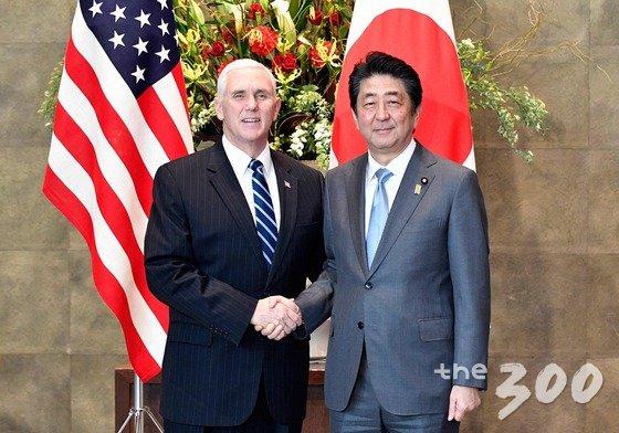 마이크 펜스 미국 부통령과 아베 신조(安倍晋三) 일본 총리가 지난 2월7일 도쿄(東京) 총리관저에서 회담에 앞서 악수하고 있다. /사진=뉴스1