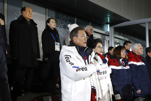 South Korean President Moon Jae-in, center, stands alongside first lady Kim Jung-sook, U.S. second lady Karen Pence and U.S. Vice President Mike Pence as the South Korean national anthem is played at the opening ceremony of the 2018 Winter Olympics in Pyeongchang, South Korea, Friday, Feb. 9, 2018. Standing at top left is Kim Yong Nam, president of the Presidium of North Korean Parliament, and Kim Yo Jong, sister of North Korean leader Kim Jong Un. (AP Photo/Patrick Semansky, Pool)   <저작권자ⓒ 공감언론 뉴시스통신사. 무단전재-재배포 금지.>