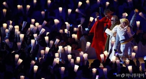 가수 전인권(가운데)이 9일 평창 동계올림픽 개막식 무대에서 이은미, 안지영, 하현우와 함께 존 레논의 '이매진'(Imagine)을 불렀다. 무대에 오르기 전 머리를 다쳐 피를 흘린 채 노래를 부른 그는 &quot;통증도 잊은 채 진정성 있게 부르기 위해 최선을 다했다&quot;고 말했다. /평창=김창현 기자<br />